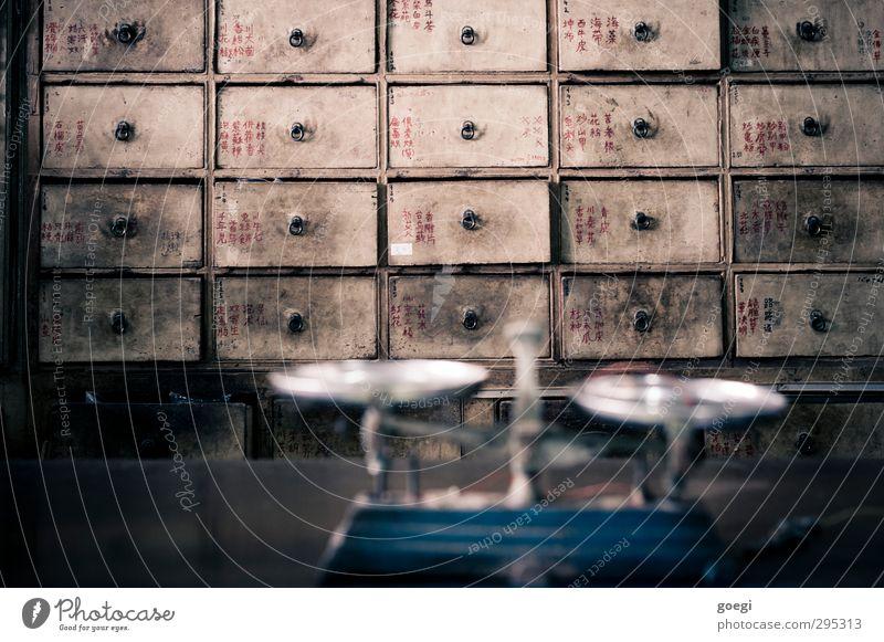 ich bekomme das Nashornpulver Apotheker Gesundheit Apothekerschrank Schublade Waage Chinesische Medizin Medikament Medizinschrank Schrank Volksglaube Tradition