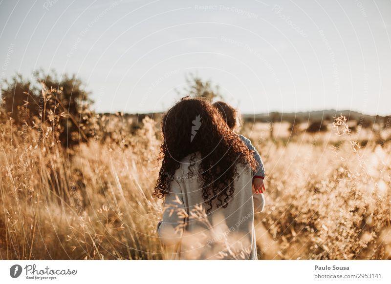 Mutter geht mit ihrer Tochter über die Felder. Lifestyle Sommer Sommerurlaub Mensch feminin Kind Baby Kleinkind Mädchen Erwachsene 2 1-3 Jahre 18-30 Jahre