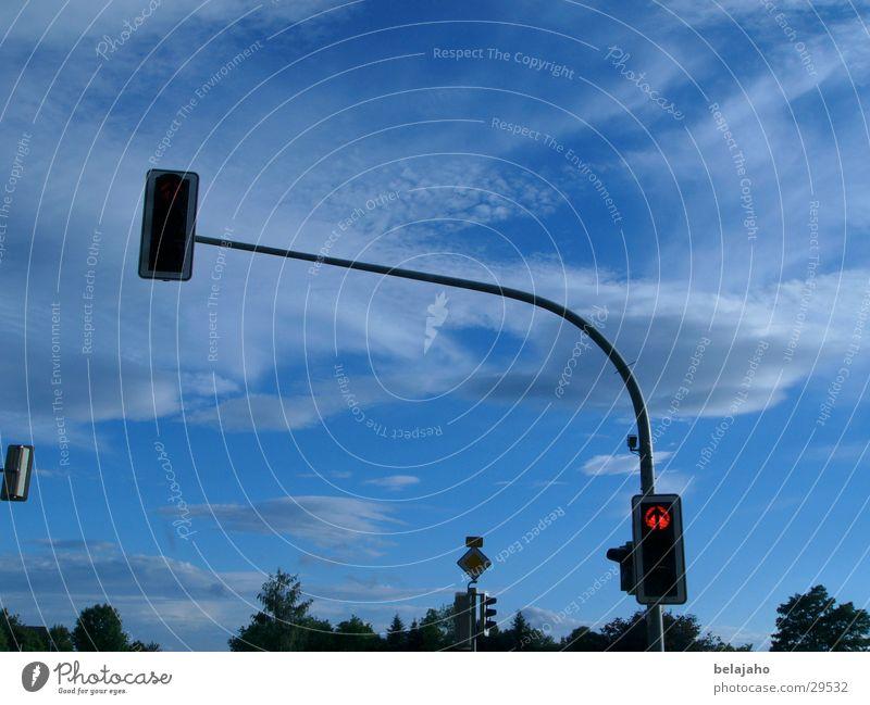 Ampel Verkehr Verkehrszeichen Wolken Straße rot - grün - gelb Himmel