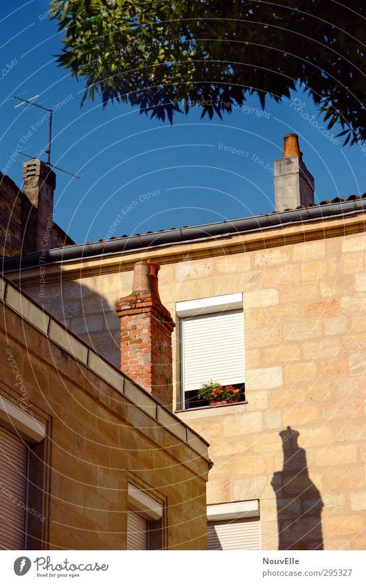 Sonnentanz. Bordeaux Stadtrand Altstadt Haus Einfamilienhaus Bauwerk Gebäude Mauer Wand Fassade alt authentisch Freundlichkeit einzigartig Originalität schön