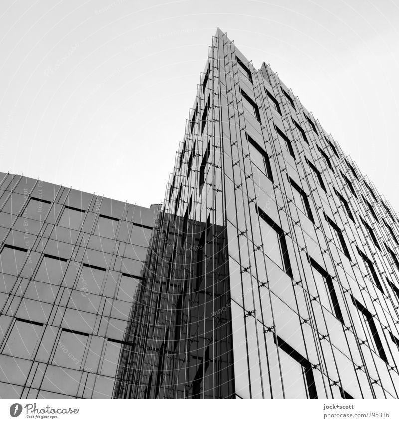 Glasfassade sich selbst reflektierend Gebäude Fenster Linie ästhetisch eckig kalt modern Spitze Klischee trist Coolness rein Qualität Zukunft Sachlichkeit