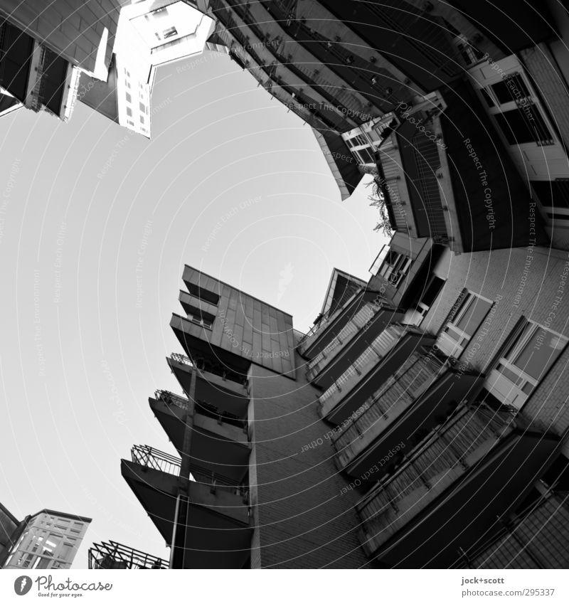 um die Ecke wohnen Stadthaus Fassade Balkon Fenster Beton ästhetisch außergewöhnlich eckig modern Schutz Kreativität Surrealismus expressiv geschwungen