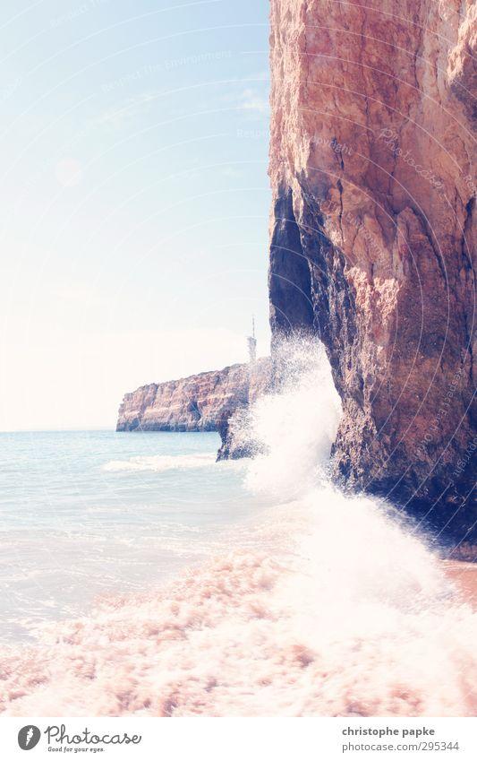 Hohe Wellen schlagen Ferien & Urlaub & Reisen Sommer Sommerurlaub Strand Meer Himmel Wolkenloser Himmel Felsen Küste Bucht Atlantik Algarve Portugal hell nass