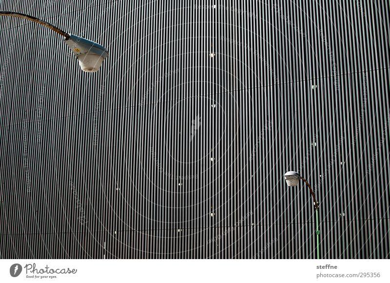 Duell Stadt Fassade Laterne duellieren Gegenüberstellung leuchten Konflikt & Streit Farbfoto Außenaufnahme