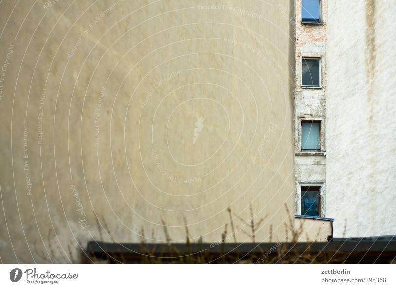 Stumpf vor sich hin alt Stadt Einsamkeit Haus Fenster Wand Berlin Architektur Mauer Gebäude Fassade Wohnung Häusliches Leben Bauwerk Sehnsucht Stadtzentrum