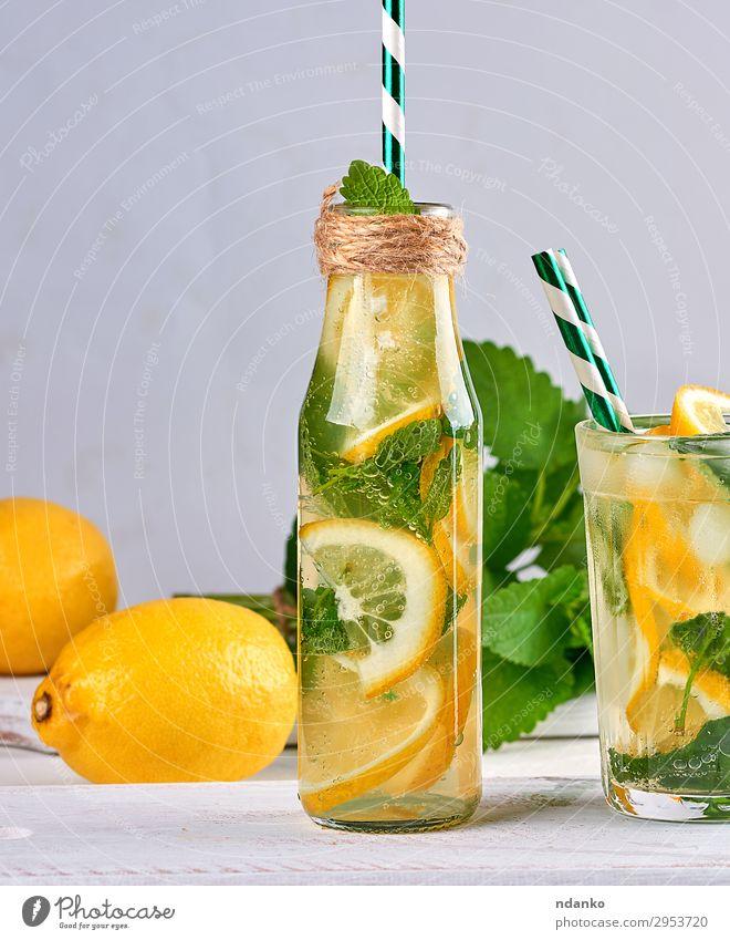 Sommer Erfrischungsgetränk Limonade Frucht Kräuter & Gewürze Vegetarische Ernährung Getränk Saft Alkohol Flasche Glas Tisch Blatt Coolness saftig sauer gelb