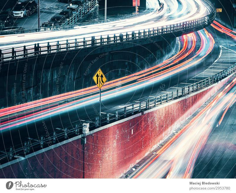 New York City Street bei Nacht mit Autolampen. Ferien & Urlaub & Reisen Ausflug Städtereise Stadt Stadtzentrum Brücke Verkehr Straße Autobahn Hochstraße PKW
