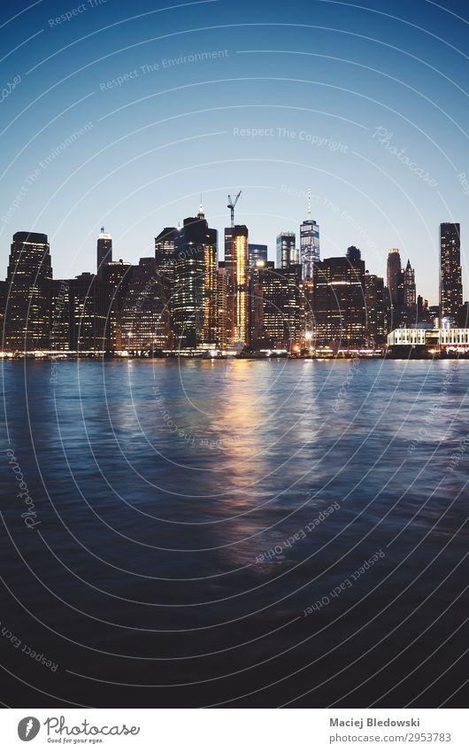 New York City in der Abenddämmerung, farbig getöntes Bild. Reichtum Ferien & Urlaub & Reisen Städtereise Himmel Fluss Stadtzentrum Skyline Hochhaus Gebäude