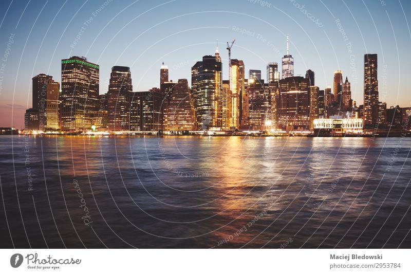 New York City in der Abenddämmerung, farbig getöntes Bild. kaufen Reichtum Ferien & Urlaub & Reisen Himmel Fluss Stadtzentrum Skyline Hochhaus Gebäude