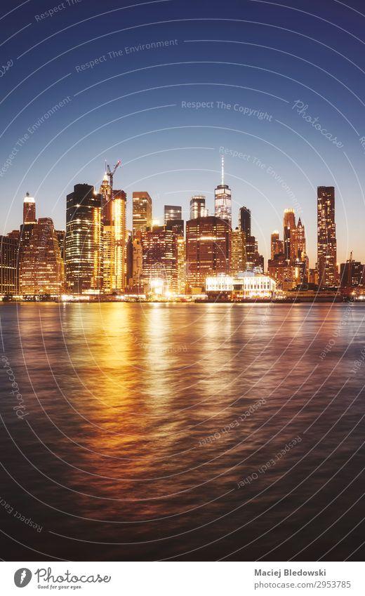 Manhattan vom Brooklyn aus gesehen in der Abenddämmerung, New York. kaufen Reichtum Ferien & Urlaub & Reisen Himmel Fluss Stadtzentrum Skyline Hochhaus Gebäude