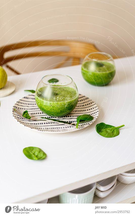 Gesunder grüner Smoothie. Supernahrung Lebensmittel Gemüse Frucht Apfel Süßwaren Ernährung Vegetarische Ernährung Getränk Saft Tisch frisch natürlich saftig