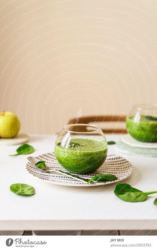 Gesunder grüner Smoothie. Supernahrung Lebensmittel Gemüse Frucht Apfel Ernährung Bioprodukte Vegetarische Ernährung Diät Slowfood Getränk Erfrischungsgetränk