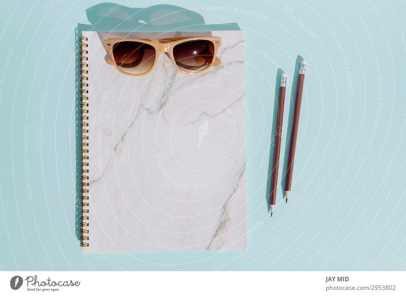 Flacher Notizbuch-Stift und Sonnenbrille für den Sommerurlaub Design Ferien & Urlaub & Reisen Ausflug Abenteuer Strand Schreibtisch Tisch Mode Accessoire Hut