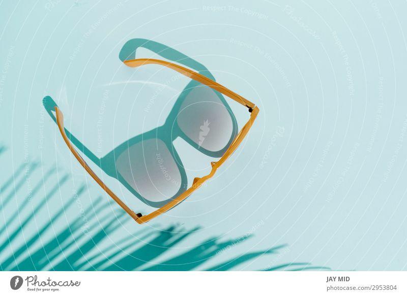 Draufsicht-Sonnenbrille auf türkisfarbenem Hintergrund. Stil Design Ferien & Urlaub & Reisen Sommer Strand Mode Accessoire Brille Kunststoff heiß hell modern