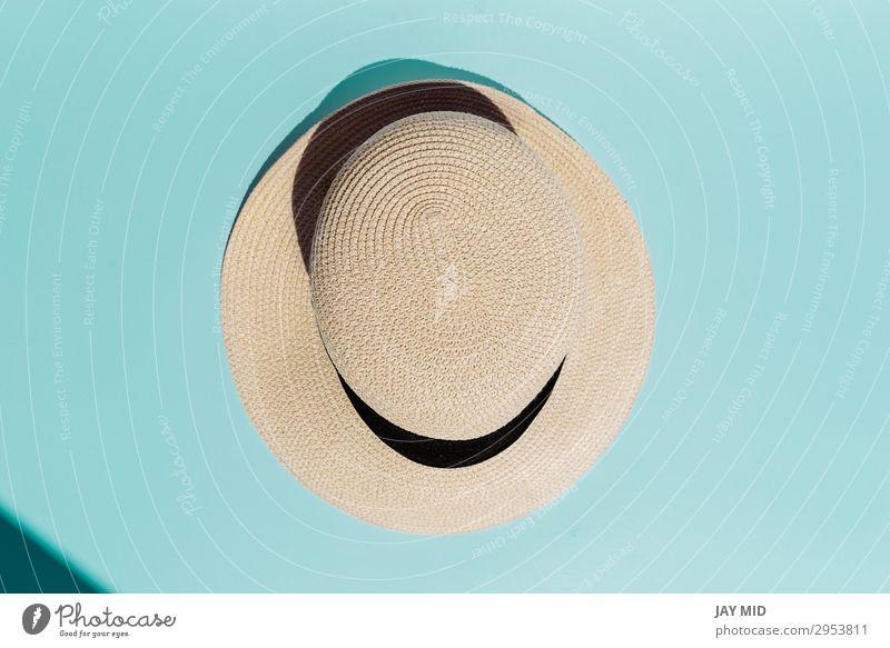 Strohhut auf türkisfarbenem Hintergrund direktes Sonnenlicht Stil Design schön Ferien & Urlaub & Reisen Sommer Strand Frau Erwachsene Mode Bekleidung Accessoire