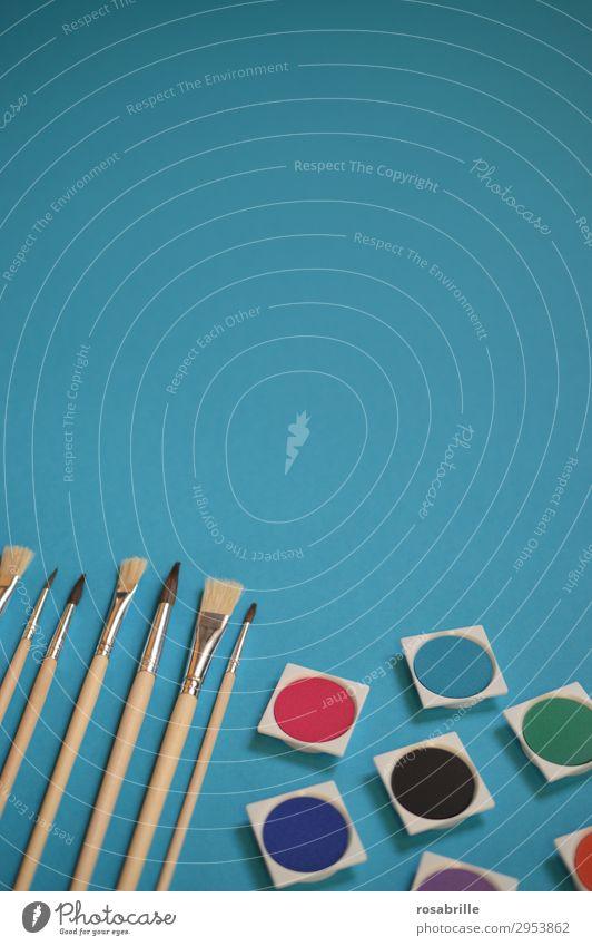 Pinsel und Wasserfarben ordentlich aufgereiht auf türkisfarbenem Untergrund mit Freiraum oben | Farbkombination malen Kunst Kreativität Malutensilien gestalten