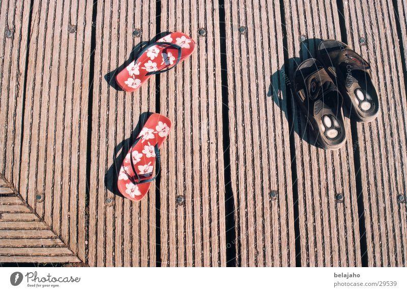 Gemeinsam Mensch rot Sommer schwarz Erholung Holz Wärme Freundschaft braun Zusammensein Schuhe Freizeit & Hobby maskulin paarweise Bekleidung Steg