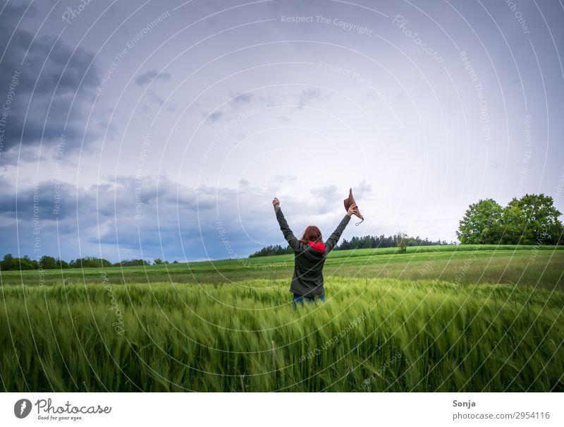 Junge Frau voller Lebensfreude und Freiheit im Kornfeld Lifestyle Freude Glück Freizeit & Hobby feminin Jugendliche 1 Mensch 18-30 Jahre Erwachsene Natur Himmel