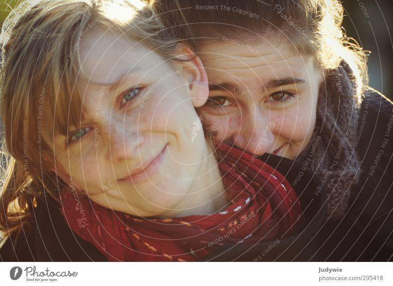 Schwestern harmonisch Mensch feminin Junge Frau Jugendliche Geschwister Leben Gesicht 13-18 Jahre Kind 18-30 Jahre Erwachsene Umwelt Winter Schal Fröhlichkeit