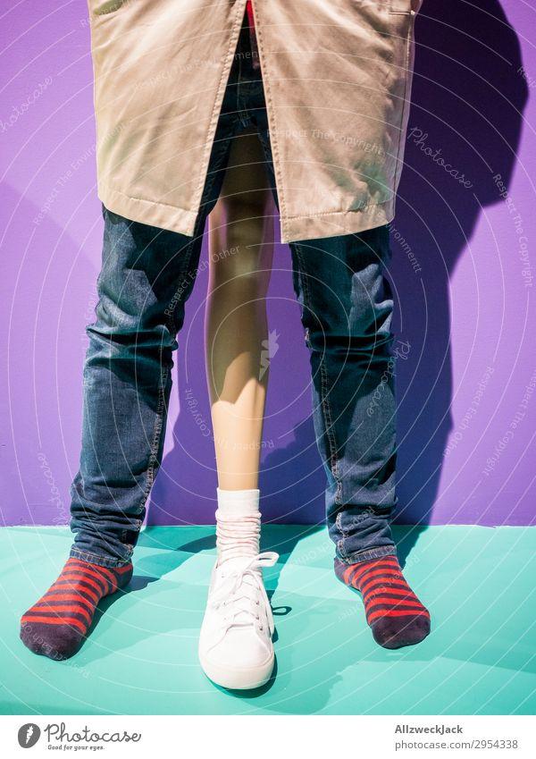 Dreibein Beine dreibeinig Strümpfe Hose Ringelsocken Turnschuh Mann maskulin Symbole & Metaphern übertrieben übertreiben Größe groß Penis Potenz Überschätzung