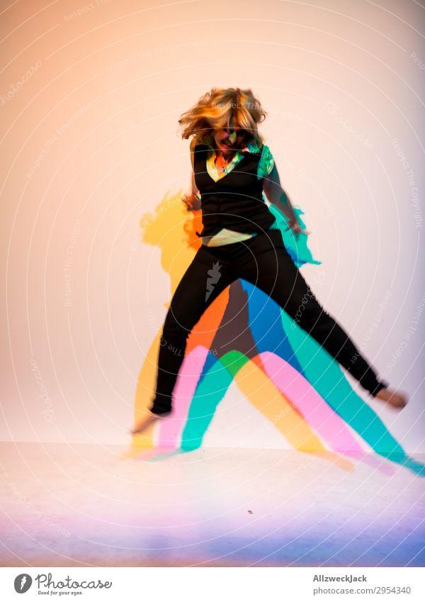 junge Frau springt in die Luft mit dreifarbigem Schatten 1 Mensch Junge Frau feminin springen einfarbig Feste & Feiern rocken wild Ausgelassenheit toben