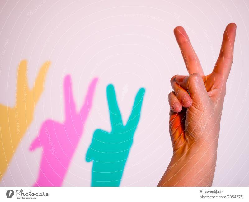 zwei Finger Geste Peace Hand gestikulieren Fingergeste mehrfarbig gelb magenta zyan Statement Antwort LGBT Homosexualität transsexuell intersexual