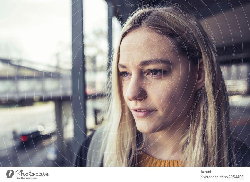 nachdenkliche junge Frau Lifestyle Glück schön Zufriedenheit Erholung Freizeit & Hobby Sommer Student Junge Frau Jugendliche Erwachsene Stadt Parkhaus blond