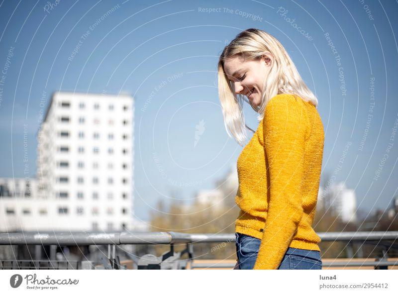 fröhliche junge Frau Jugendliche Junge Frau Sommer Stadt schön Erholung Freude Lifestyle Erwachsene Gefühle Berlin lachen Glück Zufriedenheit Freizeit & Hobby