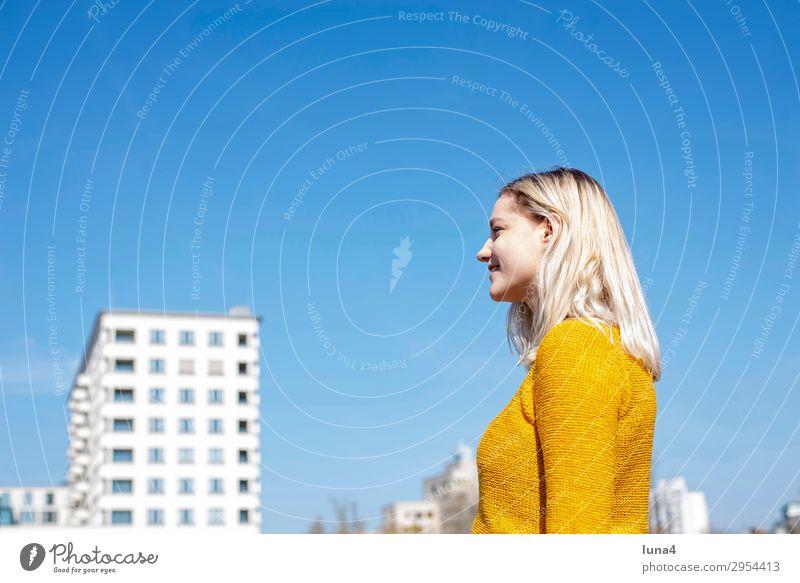 fröhliche junge Frau Lifestyle Freude Glück schön Zufriedenheit Erholung Freizeit & Hobby Sommer Student Junge Frau Jugendliche Erwachsene Stadt blond