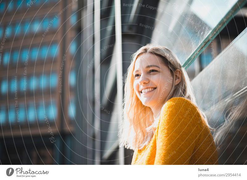 fröhliche junge Frau Jugendliche Junge Frau Sommer Stadt schön Haus Erholung Freude Lifestyle Erwachsene Gefühle Berlin lachen Glück Gebäude