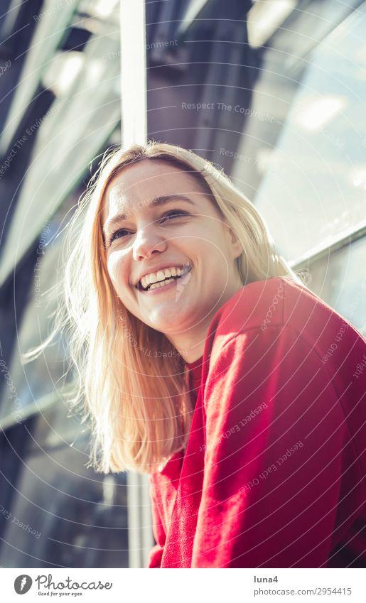 fröhliche junge Frau Lifestyle Freude Glück schön Zufriedenheit Erholung Freizeit & Hobby Sommer Haus Student Junge Frau Jugendliche Erwachsene Stadt Gebäude