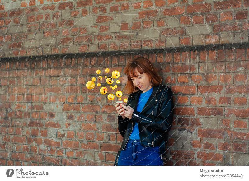 Frau, die Smartphones benutzt und Emojis sendet. Lifestyle Glück Gesicht Telefon PDA Bildschirm Technik & Technologie Internet Mensch Erwachsene Hand lustig