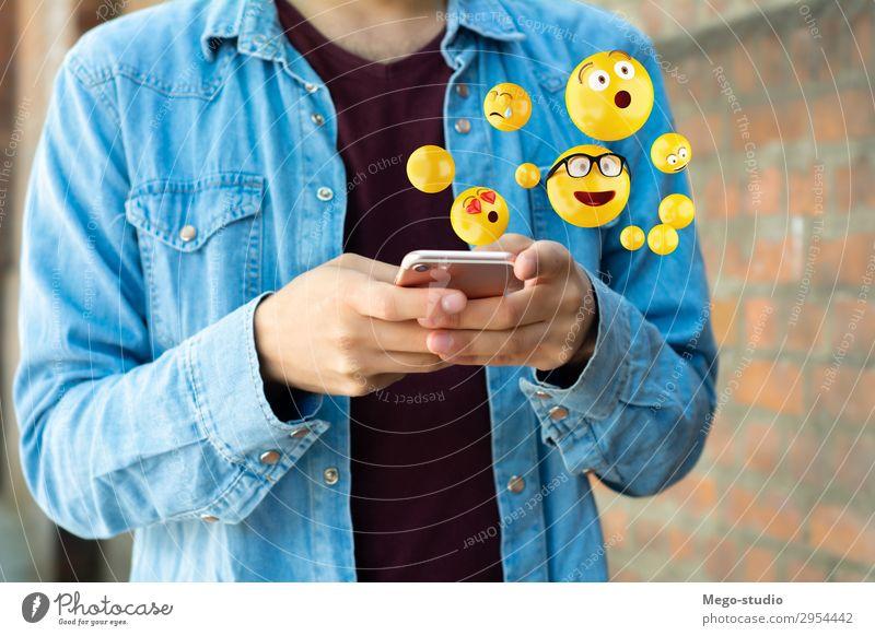 Mann, der Smartphones benutzt, sendet Emojis. Lifestyle Glück Gesicht Telefon PDA Bildschirm Technik & Technologie Internet Mensch Erwachsene Hand lustig modern