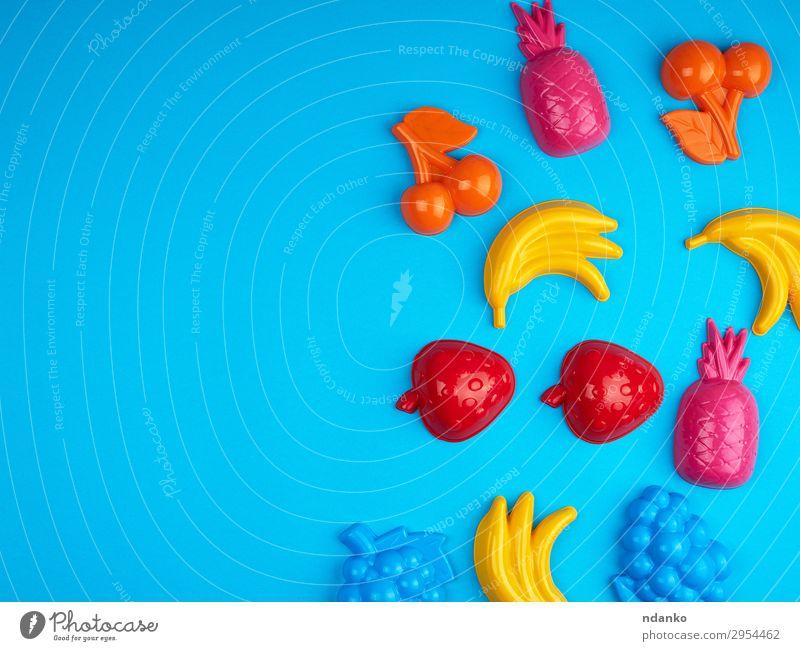 mehrfarbiges Plastikspielzeug Früchte auf blauem Hintergrund Frucht Design Freude Spielen Sommer Dekoration & Verzierung Kind Baby Kindheit Spielzeug Sammlung