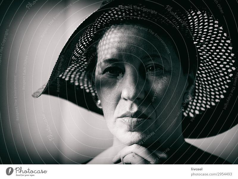 Dame mit Pamela, Spanien Lifestyle elegant Stil schön Gesicht Erholung Mensch feminin Frau Erwachsene Weiblicher Senior 1 45-60 Jahre Hut Denken retro schwarz
