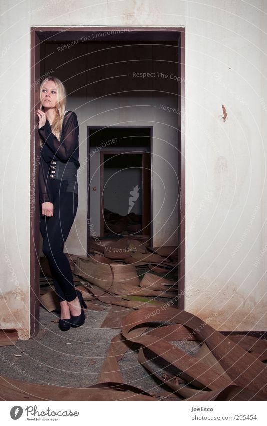 #243497 Häusliches Leben Wohnung Renovieren Frau Erwachsene 1 Mensch 18-30 Jahre Jugendliche Ruine Tür beobachten festhalten Traurigkeit dunkel gruselig trendy