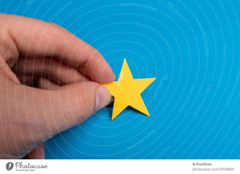 gelber Stern Mann Erwachsene Hand Finger Papier Dekoration & Verzierung Zeichen wählen berühren Bewegung festhalten blau Idylle einzigartig Inspiration