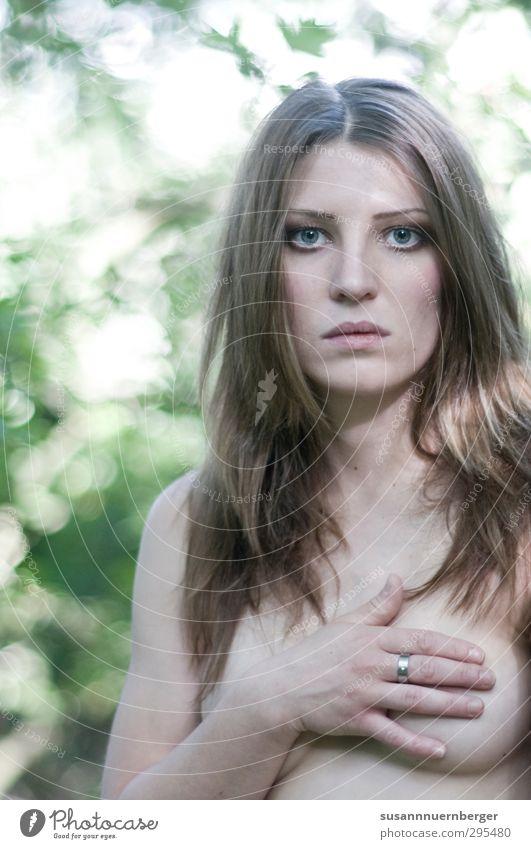 Sie. schön Sinnesorgane feminin Leben Haut Kopf Gesicht Frauenbrust 18-30 Jahre Jugendliche Erwachsene Ring brünett langhaarig berühren Blick ästhetisch