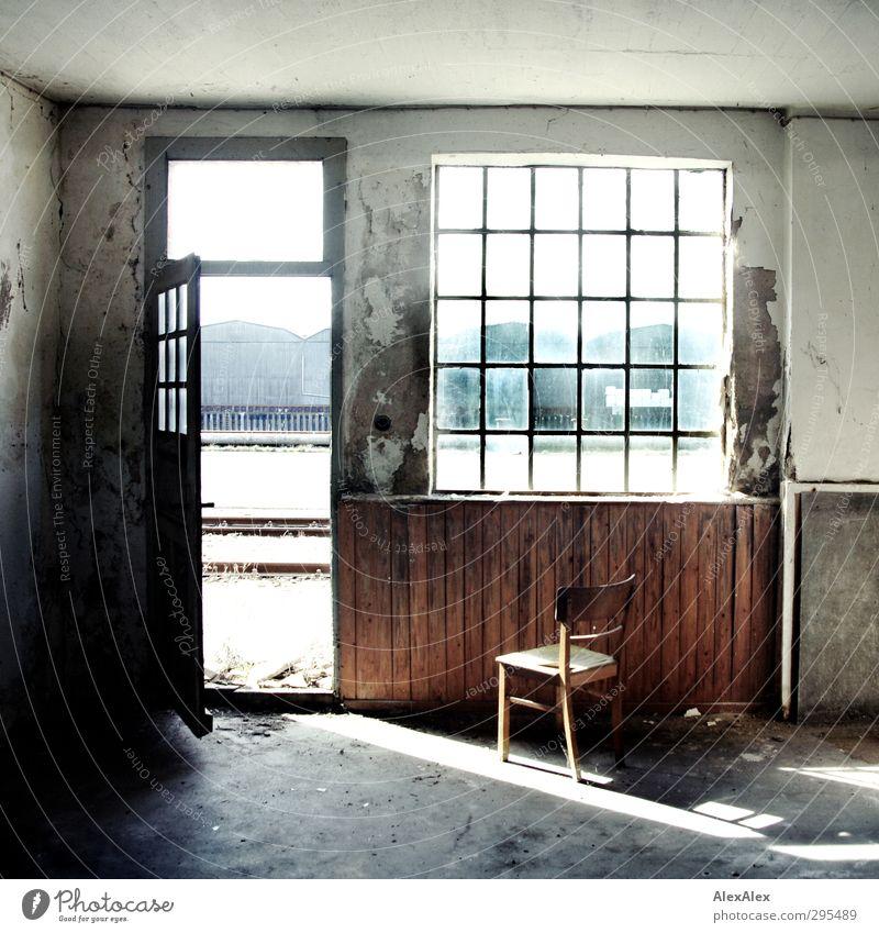 Werkstatt mit GRUNGE! alt Fenster Holz Metall offen Glas warten Beton kaputt Vergänglichkeit Baustelle retro Industrie Autotür Fabrik Verfall