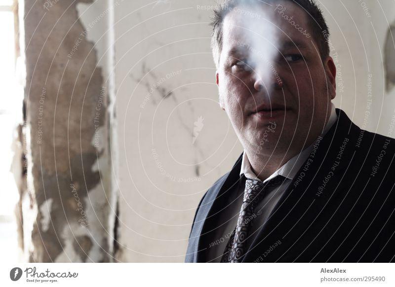 Viel Rauch um AlexAlex Mann Erwachsene Gefühle Kopf Stil authentisch Beton trist retro Rauchen fantastisch Gelassenheit brünett Anzug trashig abblättern