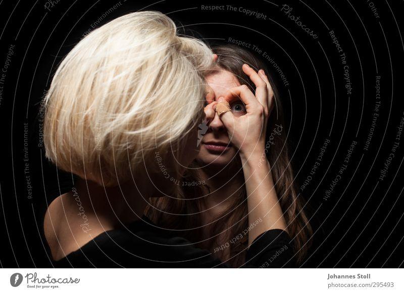Fingerbrille Mensch Jugendliche schön Freude schwarz Erwachsene feminin Haare & Frisuren 18-30 Jahre Zusammensein blond beobachten Neugier Theaterschauspiel