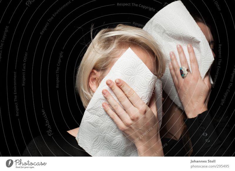Mund abwischen, aufstehen, weiter kämpfen! Dessert Ernährung Restaurant Haare & Frisuren Gesicht Hand 2 Mensch Ring brünett blond langhaarig Serviette Tuch