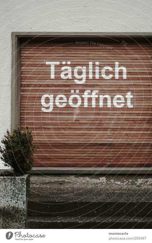 Uhr umgestellt ?? alt Haus kalt Wand Holz Mauer grau Stein braun Fassade Treppe authentisch Beton Kommunizieren trist kaufen