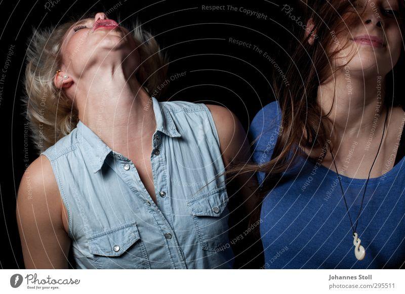 Party hard Mensch Jugendliche blau Freude Junge Frau Erwachsene Leben feminin Haare & Frisuren 18-30 Jahre Feste & Feiern Musik blond Tanzen T-Shirt