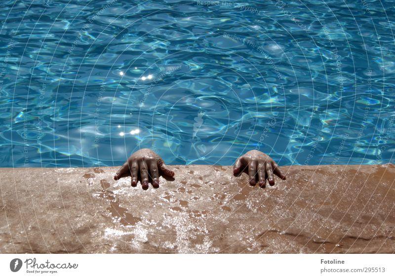 Versteck Mensch Kind Natur blau Ferien & Urlaub & Reisen Wasser Sommer Hand Umwelt Schwimmen & Baden hell braun Kindheit nass Finger Urelemente