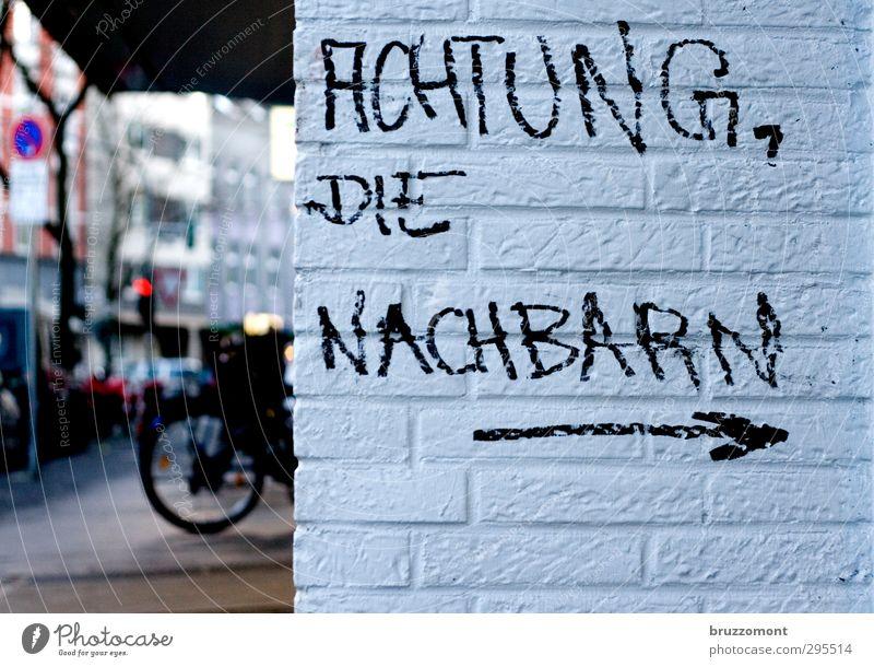 german angst Stadt Stadtzentrum Menschenleer Haus Mauer Wand Stein Schriftzeichen Angst gefährlich Warnhinweis Warnung Nachbar Außenaufnahme