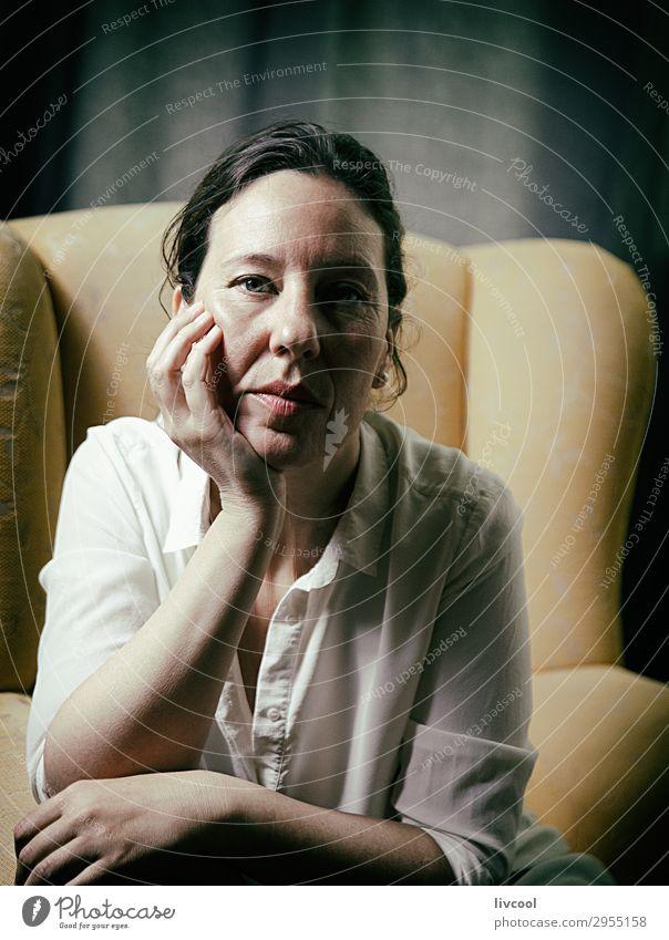 Frau im Sessel, Spanien Lifestyle schön Gesicht Erholung Mensch feminin Erwachsene Weiblicher Senior 1 45-60 Jahre Hemd Denken sitzen Coolness natürlich gelb