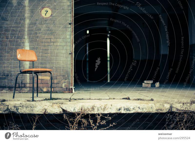 Sitzgelegenheit? Stadtrand Industrieanlage Bauwerk Gebäude alt historisch Einsamkeit Vergangenheit Vergänglichkeit Gedeckte Farben Außenaufnahme Menschenleer