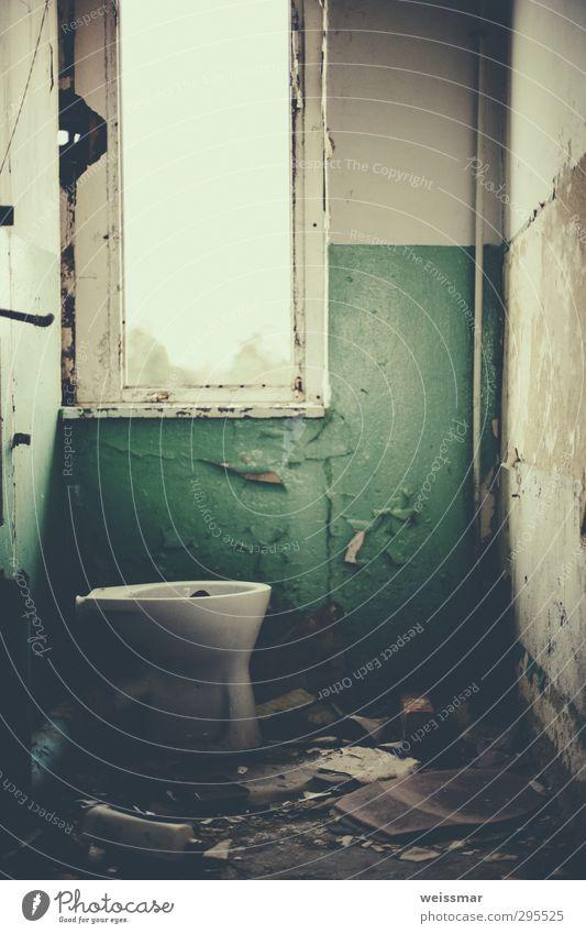 stilles Örtchen Kleinstadt Stadtrand Menschenleer Haus Bauwerk Gebäude Fenster Toilette alt dreckig historisch Stimmung Einsamkeit Farbfoto Gedeckte Farben