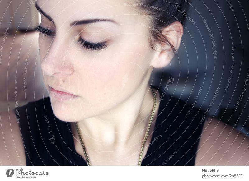 Slow down. Mensch Frau Jugendliche Einsamkeit Junge Frau Gesicht Erwachsene feminin Gefühle Haare & Frisuren 18-30 Jahre Stimmung Schmuck brünett langhaarig